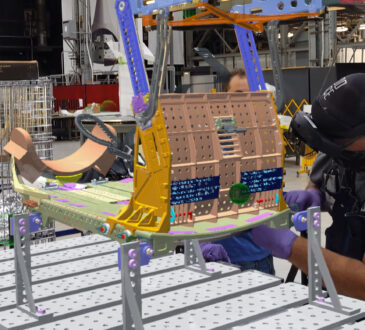Los empleados de Lockheed Martin arman los asientos de la tripulación para una nave espacial Orión gracias a los Hololens 2
