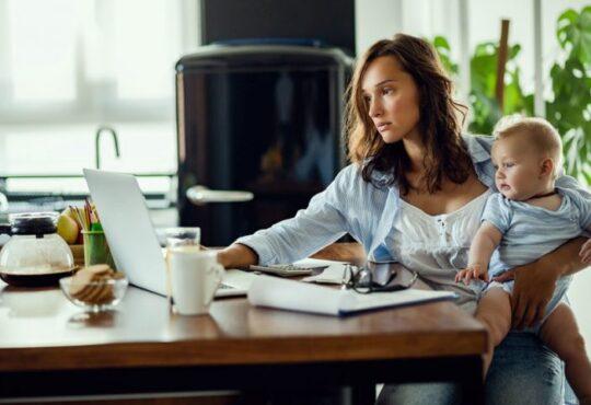 Según el ministerio del trabajo aumentó en las horas laboradas, pues el 61% de las mujeres y el 53% de los hombres manifestaron haber trabajado más tiempo