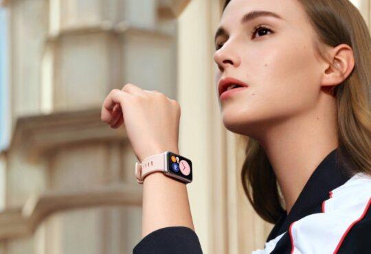 Con el lanzamiento del nuevo Huawei Watch Fit, ofrece una pantalla AMOLED rectangular de 1.64 pulgadas para que los usuarios disfruten de entrenamientos.