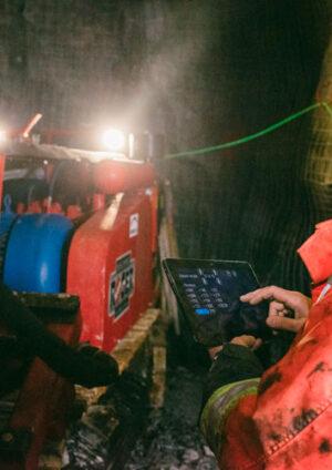 Ericsson, en colaboración con la consultora Arthur D. Little y los fabricantes de maquinaria industrial Komatsu y Epiroc elaboraron el estudio Minería Conectada.