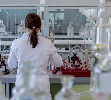 Durante la pandemia de COVID-19, la actividad industrial química ha sido considerada como esencial, debido a que en ella se producen algunos insumos necesarios como el gel antibacterial